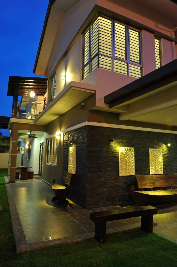 Interesting House Exterior Design In Kulai Malaysia: Modern Traditional